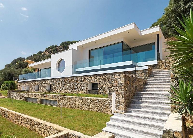 Bergeggi bergeggi villa moderna sul mare for Piani casa moderna in vendita